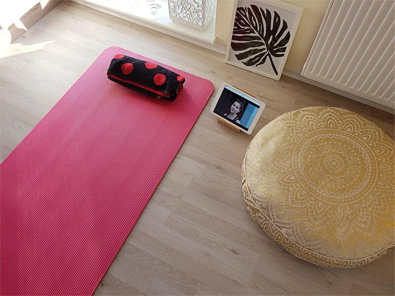 wie richte ich einen meditationsraum zu hause ein frau nira. Black Bedroom Furniture Sets. Home Design Ideas
